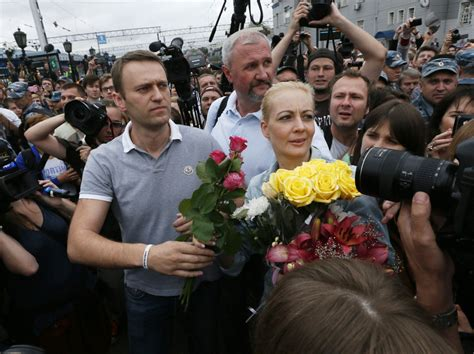 Alexei Navalny returns to Moscow after surprise release